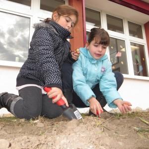 Lara und Laura beim Pflanzen